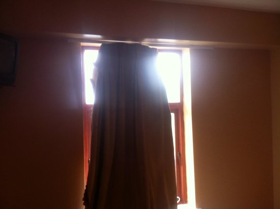 Glenoaks Hotel Galway: Curtains need to be replaced with ones that fit!