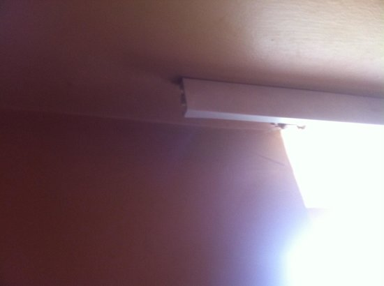 Glenoaks Hotel Galway: Curtain rails need to be replaced or fixed