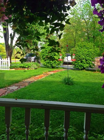 1875 Homestead Bed and Breakfast: Sitting on the porch watching the birds feed.