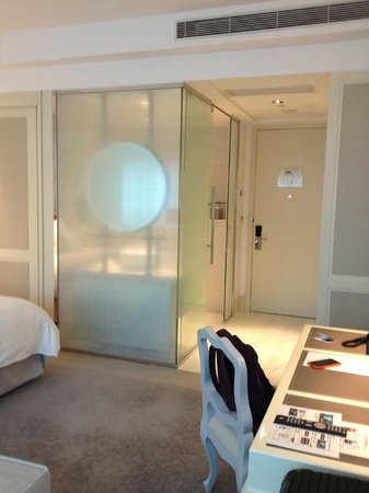Lanson Place Hotel: View of the entrance and bathroom from the couch