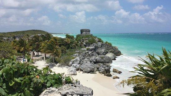 Maya-Ruinen von Tulum: Beach below one of the ruins