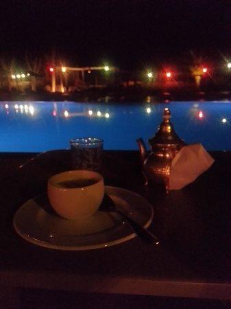 Fellah Hotel: thé du soir pour un repos fraicheur.