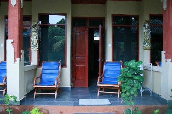 Padang Bai Beach Resort: небольшая терасса у номера (1 этаж)