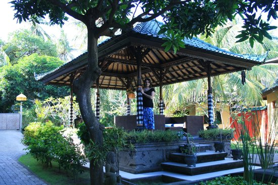 Padang Bai Beach Resort: беседка на территории