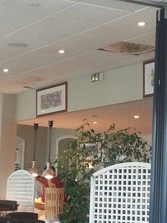 Soleil Vacances Beach Hôtel : Photo de la salle du restaurant buffet petit déjeuner. Plaques de plafond écroulées qui ont pris