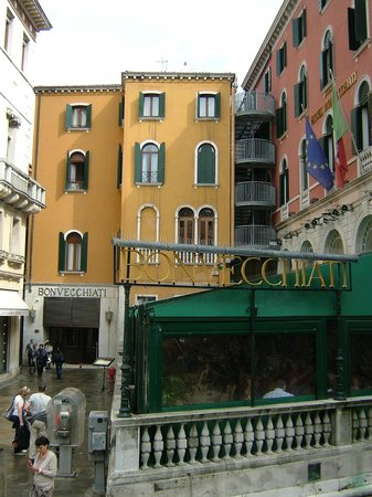 Bonvecchiati Hotel: Hotel front, overlooking canals