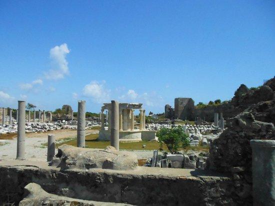 Greek Amphitheater: Руины древнего города рядом с амфитеатром