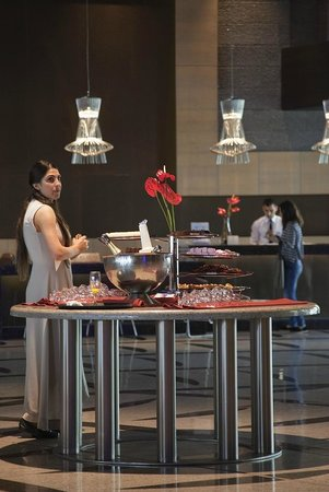 Cornelia Diamond Golf Resort & Spa: The Chocolate and Fizz bar in reception