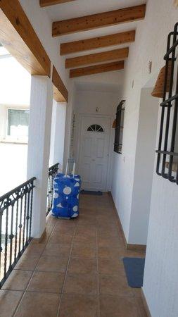 Apartamentos Benimeit: Couloir pour arriver au studio au 1er étage (porte blanche)