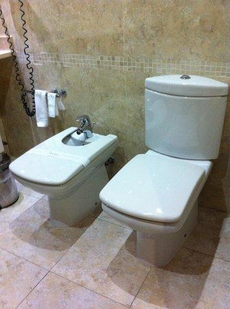 Silken Coliseum Hotel: WC e Bidet