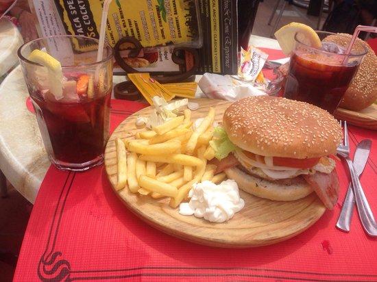 Itaca: Burger chips & sangria