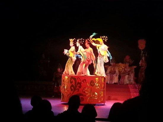 Gudu Wenhua Hotel: En av kvällarna på hotellet bjöds det på dumplingmeny med traditionell sång dans och musik.