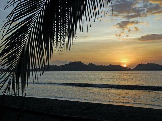 Bahia del Sol Beach Front Boutique Hotel : Sonnenuntergang am Hotelstrand