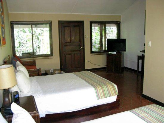 Bahia del Sol Beach Front Hotel & Suites: Die Eingangstür fürht zum Garten