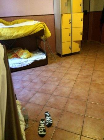 Alessandro Palace Hostel: room