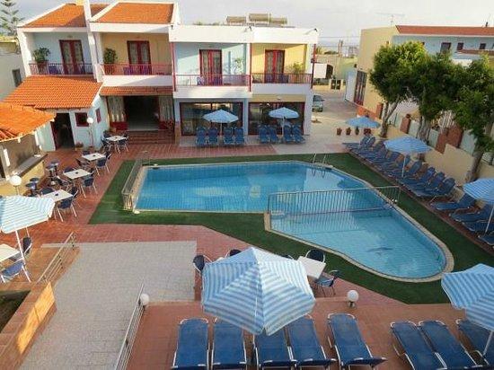 Thalassi Hotel-Apts: Vue de la petite terrasse de notre chambre sur la piscine