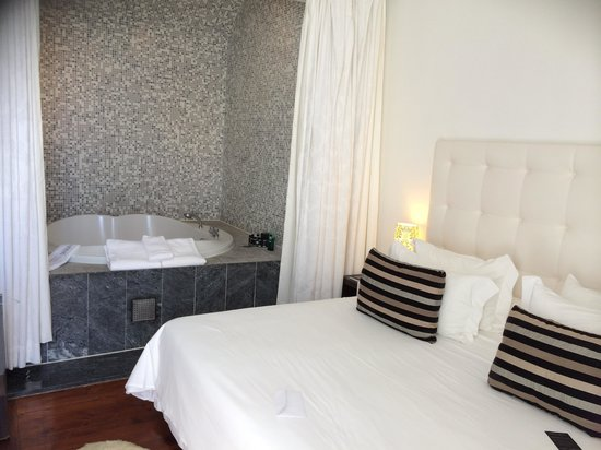 Farol Hotel : In room jacuzzi and two double beds