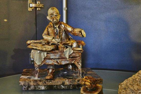 Amber Museum-Gallery (Gintaro Muziejus-Galerija): Фигурка с элементами из янтаря