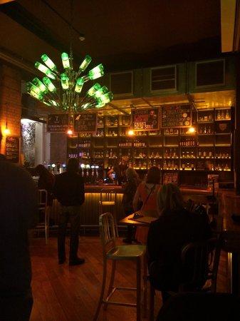 Generator Hostel Dublin: Bar na área comum do albergue