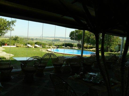 Hacienda El Santiscal: Vue sur la piscine depuis l'espace petit déjeuner