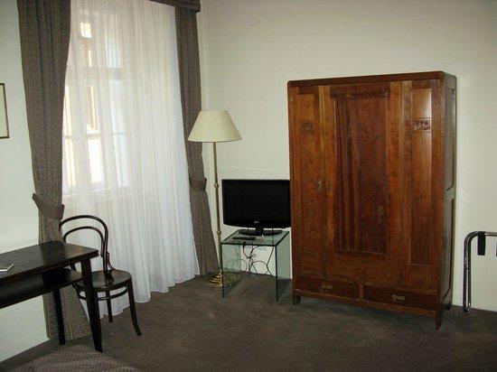 Hotel Leonardo Prague : Kleiderschrank, Fernseher und Schreibtisch