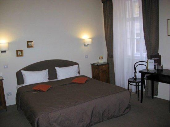 Hotel Leonardo Prague : Großes Kingsize Bett und kleiner Schreibtisch