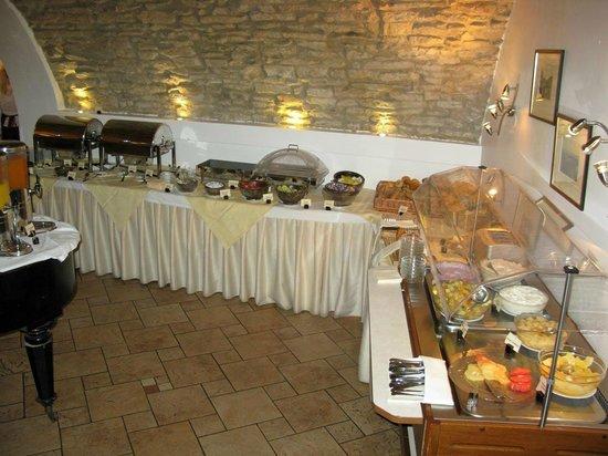 Hotel Leonardo Prague: Frühstücksbuffet im Gewölbekeller