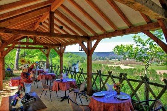 Auberge de Castel Merle: repas servis sur terrasse panoramique