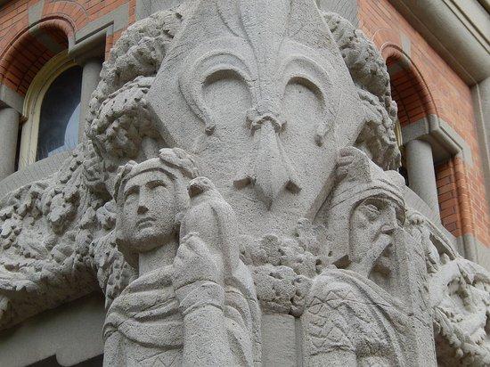 Beffroi de l'Hôtel : beffroi lille - scultura alla base - dettaglio