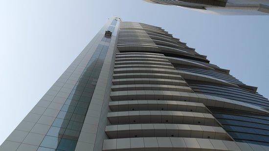 Al Salam Hotel Suites : Hotel von unten gesehen