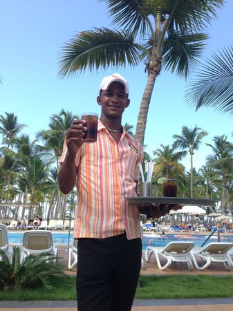 Hotel Riu Palace Macao: Drink service by the pool!