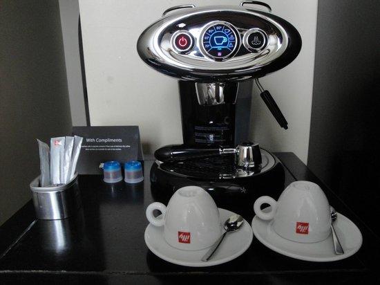 The College Hotel: Machine à café en chambre