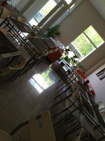 Apartamenty Okecie: resting zone and breakfast