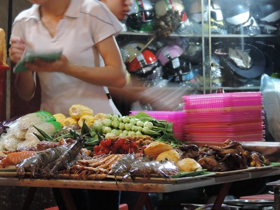 Hanoi Urban Adventures: Night market - food tour