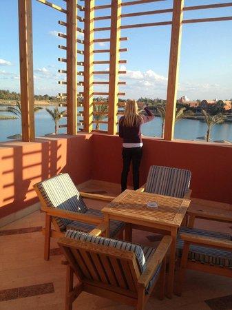 Steigenberger Golf Resort : Steigenberger: grosszügiger Balkon mit Sicht auf die Lagune