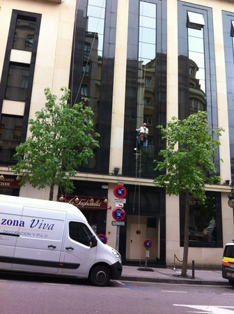 Silken Coliseum Hotel: La Pulizia delle vetrate dell'hotel