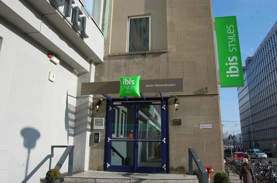 Ibis Styles Berlin Alexanderplatz: Entrance to hotel