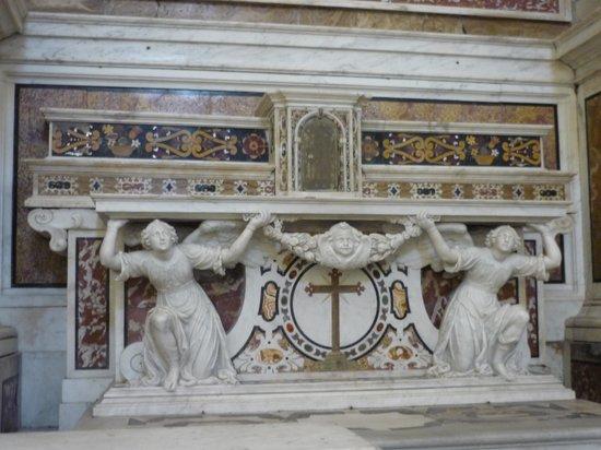 Basilica della Santissima Annunziata del Vastato : Altare con marmi policromi