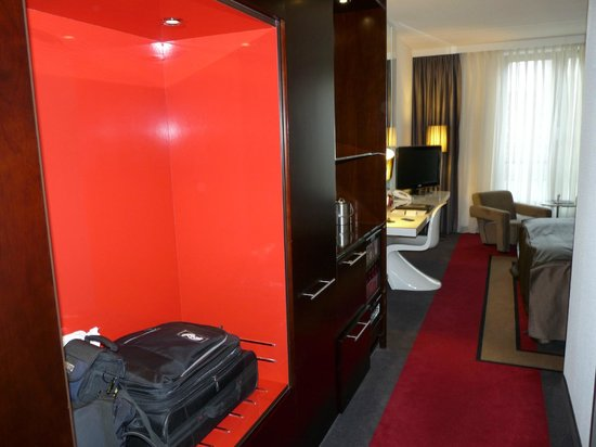 WestCord Fashion Hotel Amsterdam : entry hallway in the room with suitcase storage