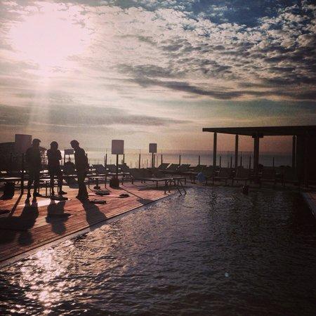 Pullman Barcelona Skipper: Vistas al Mar desde la piscina de la terraza