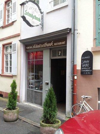 Schnitzelbank: The entrance