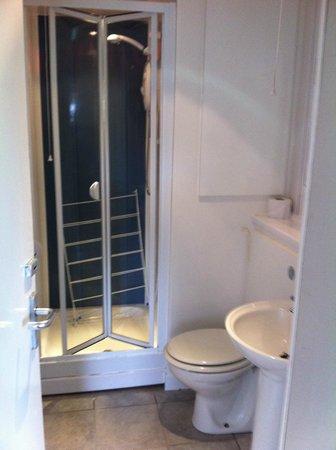 Butlins Skegness Resort: Shower and toilet