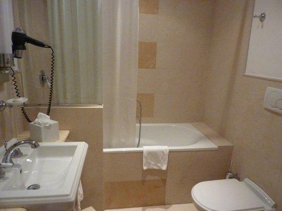 Grand Hotel Savoia : Ванная комната