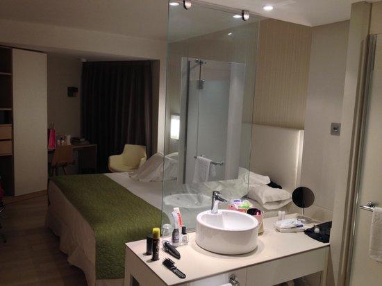 Barceló Bilbao Nervión: Chambre / salle de bain