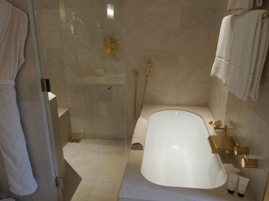 Park Hyatt Paris - Vendome: Nice bath area