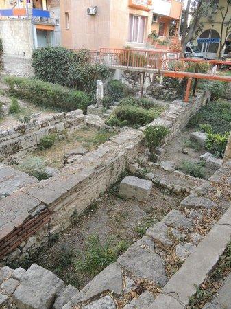 Varna Archaeological Museum: это в окрестностях римских бань, раскопки идут прям на улице!