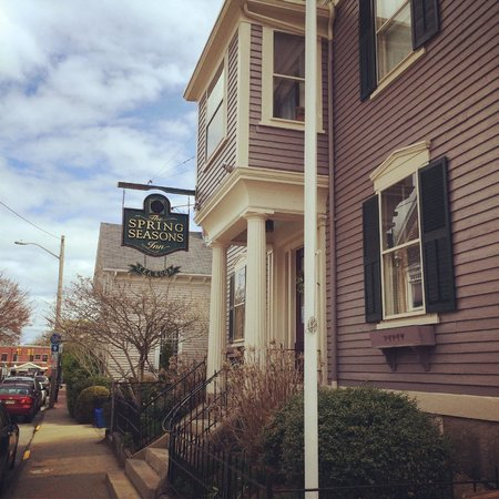 Spring Seasons Inn & Tea Room: Outside and sign