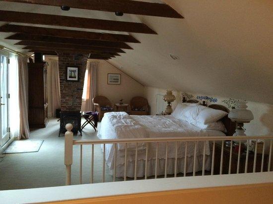 Spring Seasons Inn & Tea Room: Bedroom in Newport Suite