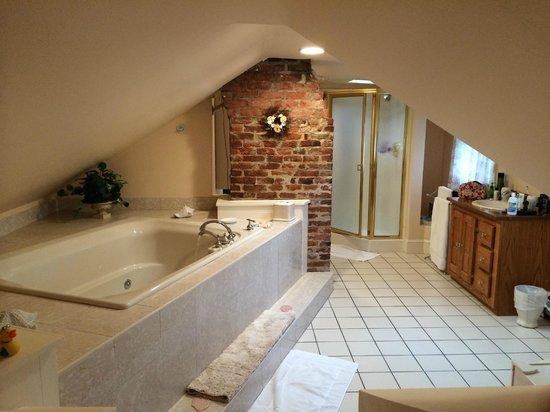 Spring Seasons Inn & Tea Room: Jacuzzi tub in bathroom
