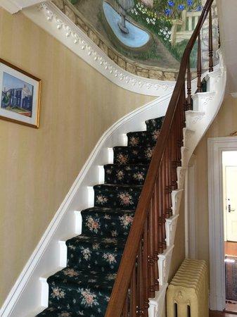 Spring Seasons Inn & Tea Room: Stairs in the Entry